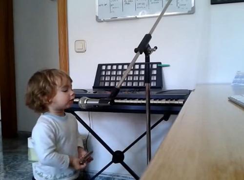 Un cantant de blues de 2 anys