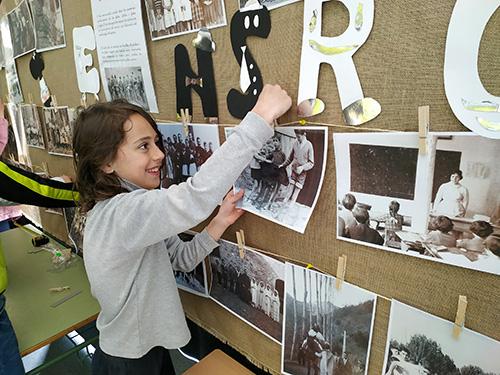 Els alumnes de la Vall Fosca exposen imatges familiars d'entre 1900 i 1950 amb els nens com a protagonistes