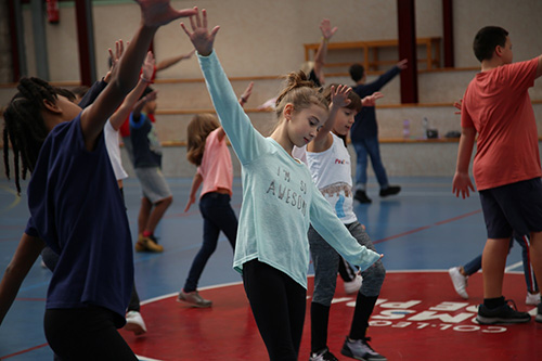 50 nens i nenes de l'escola Oms i de Prat incorporen la dansa a les aules tot preparant un espectacle amb professionals del sector