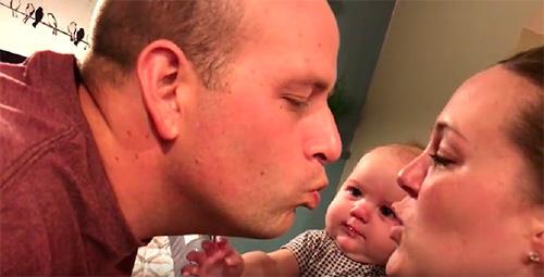 Un bebè gelós dels seus pares quan es fan petons