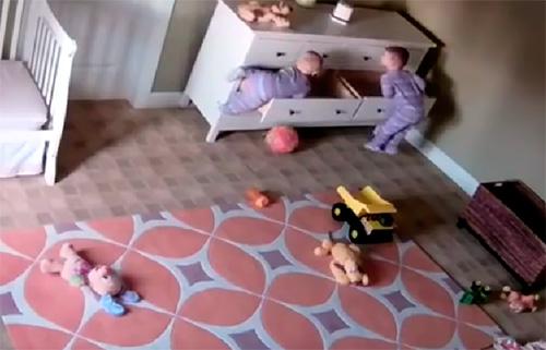 Bessons atrapats per un moble caigut