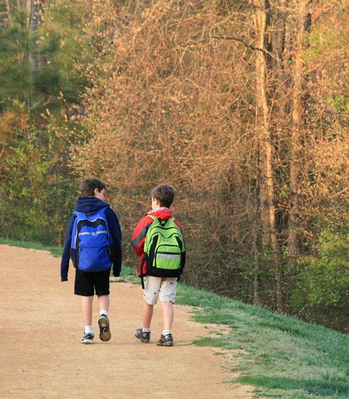 4 beneficis d'anar caminant a l'escola