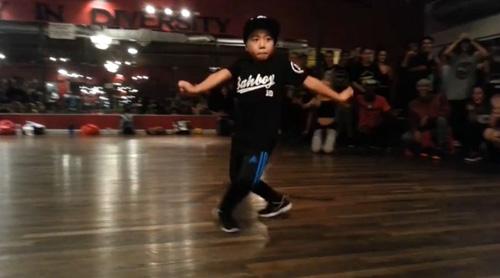 Increïble coreografia hip hop amb 8 anys!