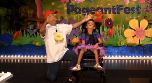 Kenzie ballant amb el seu pare