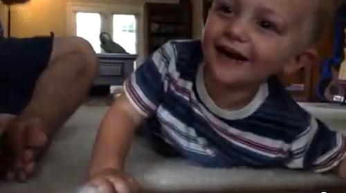 Fent Drum Beat a l'esquena d'un bebè