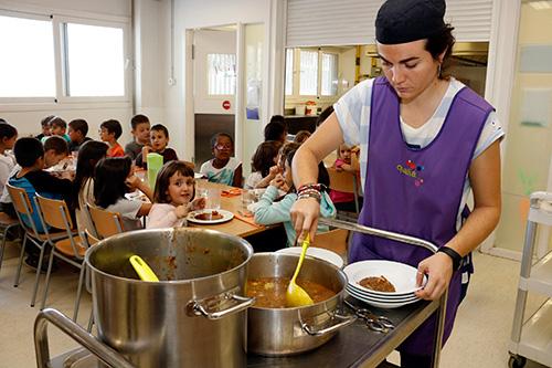 Neix una plataforma per impulsar una ILP que equipari el servei de menjador a l'horari lectiu