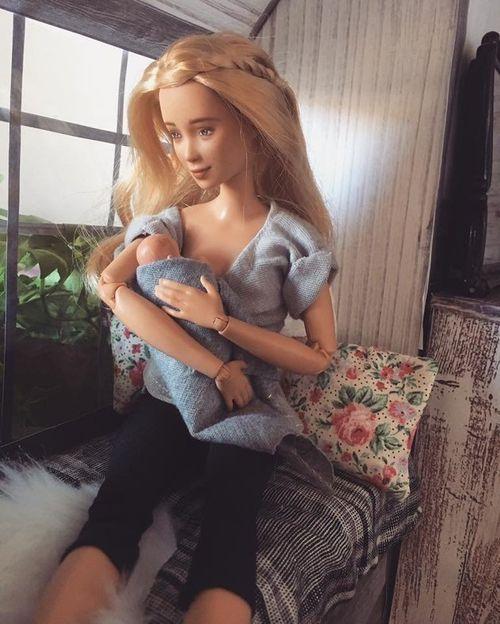 Una Barbie que dóna el pit