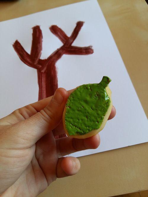 Fem un arbre (amb fulles estampades amb una patata)