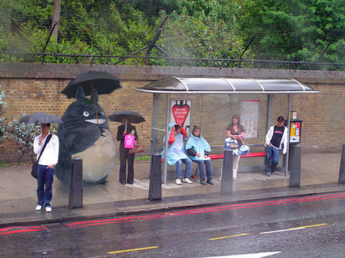 Totoro esperant l'autobús